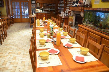 La table du petit déjeuner au La table du petit déjeuner auRefuge du Moure (Lozère)