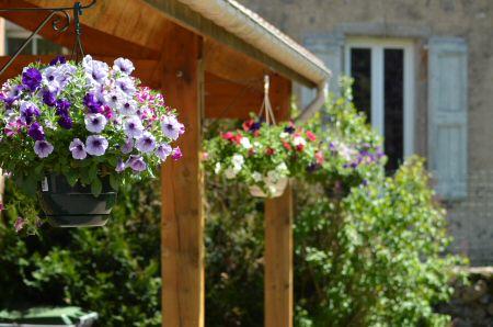 Terrasse du jardin du Refuge du Moure (Lozère)